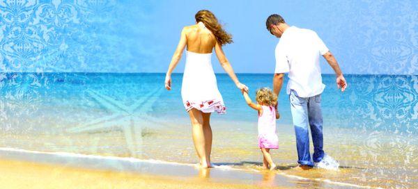 Paare mit Kind am Strand